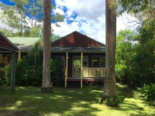 Peace and a pool, close to beaches, zoo & village, Mooloolah Valley