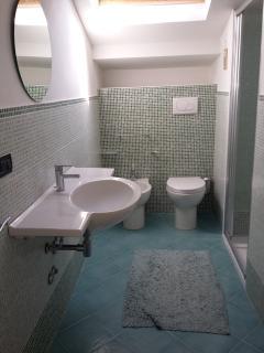 bagno con box doccia piano superiore