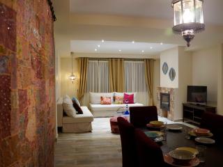 Apartamento MARRAKECH_Comedor con mesa para 6 personas, dos sofás y chimenea