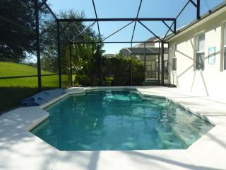 Spacious 4 bedroom villa + pool near Disney World, Davenport