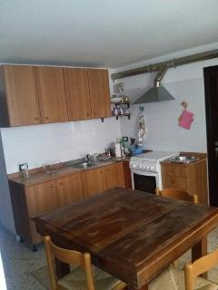 La cucina con l'ingresso della seconda camera da letto