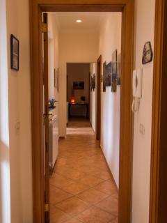 Corridoio arredato con fotografie del luogo