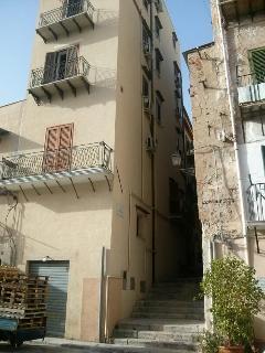 La palazzina con il caratteristico vicolo a gradini e il balcone dell'appartamento