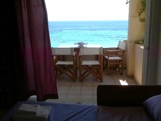 Apartment 42sq.m to 20 steps from the  sandy beach, Porto Rafti