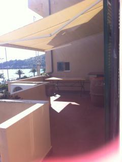 terrazza panoramica con tenda elettrica e tavolo da pranzo