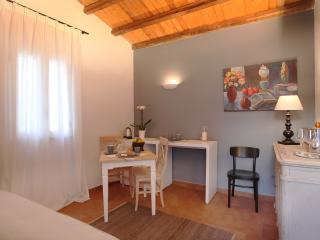 Appartamento Cicerone: zona living con divano letto per due persone, mobile con mini frigo, tavolo.