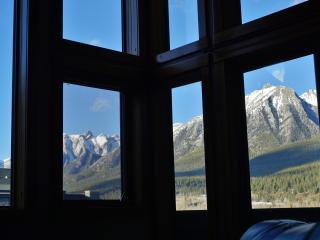 Penthouse VIEWS (2 BR, Sleeps 8-9): Wifi, ParkPass, Canmore