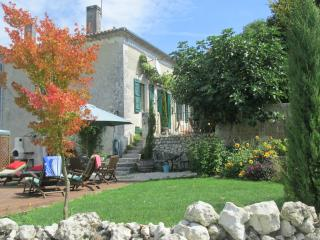 B&B On Hillside Village beautiful views and pool, Ribérac