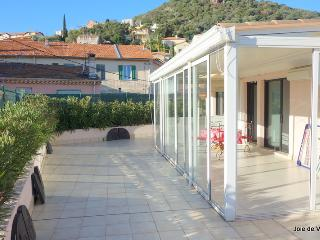 JdV Holidays Apt Clementinier, top floor apartment with fabulous roof terrace!, Mandelieu-la-Napoule