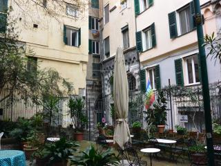 Casa Indoratori - two bedroom flat ideally located, Genoa