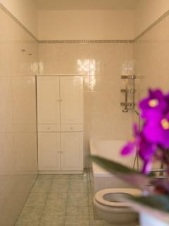 Bagno con vasca da bagno/doccia completo di biancheria