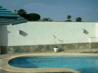 Spacious 3 bedroom villa in quiet residential area with private pool and gardens, L'Escala