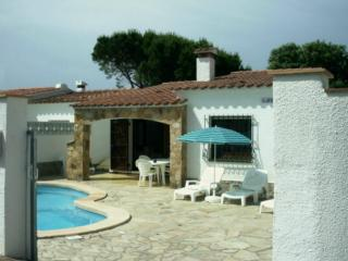 3 Bed villa L'Escala with private pool and gardens