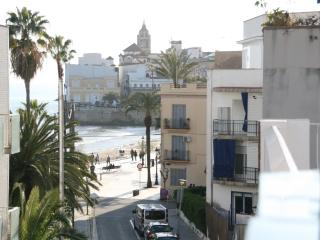 By the beach, 3 people, AC, Broad Band, sea views!, Sitges