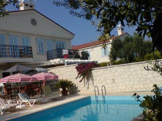 OLİVE GROVEE NO:10 STONE VİLLA SLEEPS 6 BY POOL, Cesme