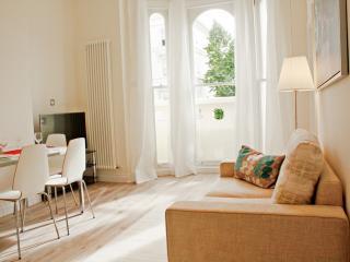 Luxury Notting Hill Apartment Moments from Portobello Road Market! LG1