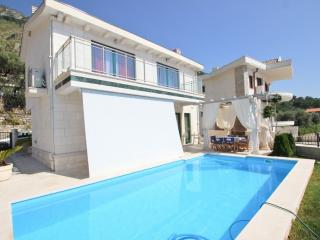 Elegant house with pool, terrace with sea view, Rezevici