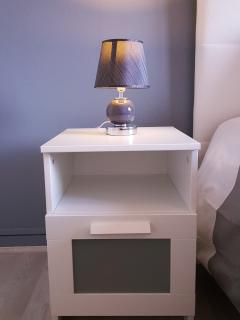Table de chevet + lampe de chevet