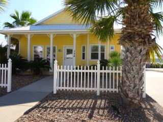 3 bed 2 bath with deck, close to pool.  Boardwalk!, Port Aransas