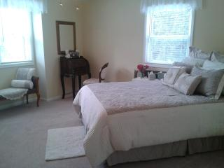 Beautiful, Spacious Bedroom and Full Bath for 4, Green Bay