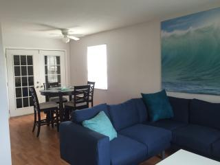Bright and Spacious, 1/2 Block from Beach and Fun