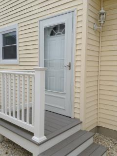 Private entrance to studio apt. 1 block to ocean/beach and 1 1/2 blocks to bay. Walk to town/stores