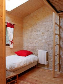 chambre enfants de la suite Myrtilles (1 lit simple de 225 cm + 1 lit simple en 190 cm à 2m de haut