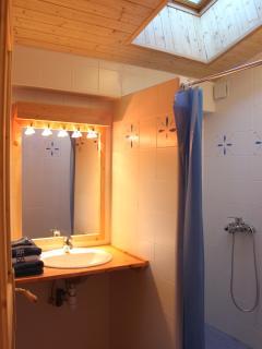 salle d'eau de la suite Myrtilles avec double douche (WC séparés)