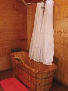 salle de bain tout en bois de la chambre Framboises