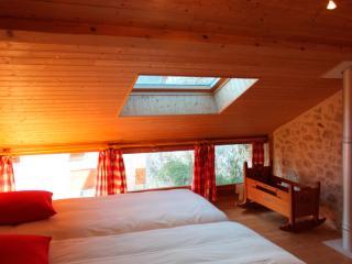 Tout de bois et de pierres, avec 2 lits en 225 cm de long, et une salle de bain tout en bois...