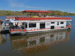 Houseboat Lodging on the Mississippi River, Lansing