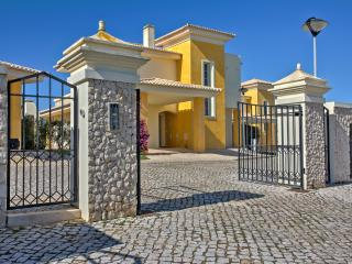 """Colina"" with private pool, Lagos"
