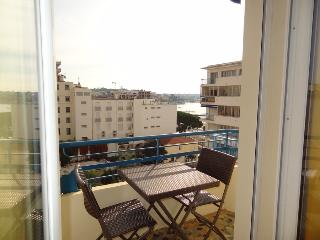 Bright and comfortable Antibes holiday apartment with sea view and balcony