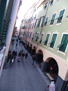 Vista dei portici di via V. Venteo dalla suite portovenere