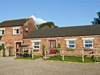 THE BYRE, family-friendly, country holiday cottage, with an enclosed garden in Hollington, Ref 933893