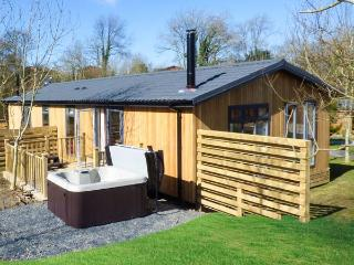 LAMB LODGE, romantic lodge, woodburner, hot tub, parking, in Allithwaite, Ref 935106