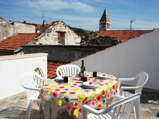 Apartment with great roof terrace right in the heart of Trogir Old Town