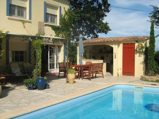 Charming garden apartment with EXCLUSIVE use of pool close to AVIGNON & UZES