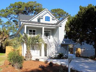 1513 Miller Avenue - Bright and Beachy - Great Location - Deluxe Amenities, Tybee Island