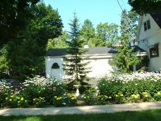 Inn Bloom. Freshly Decorated. Lush Gardens. Great Outdoor Spaces., South Haven