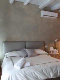 Appartamento FedericoII:camera con letto matrimoniale, spogliatoio, divano letto per due, angolo tv.