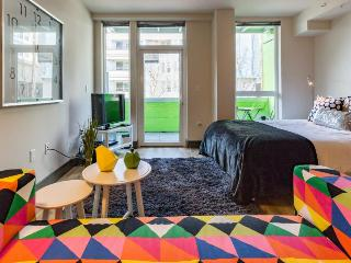 Downtown dog-friendly studio with a private balcony - close to everything!, Seattle