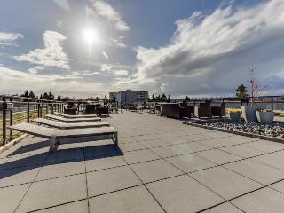 Dog-friendly, waterfront, Green Lake condo - Retro chic!