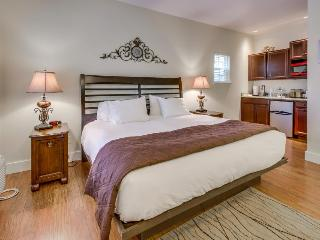 Romantic suite on Main St with shared pool & hot tub, Fredericksburg