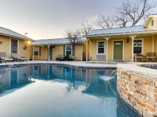 Sweet little cottage on Main Street, w/shared pool & hot tub, Fredericksburg