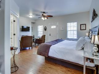 Modern studio suite on Main St. w/pool & hot tub access!, Fredericksburg