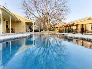 Cozy king suite w/jetted tub, shared pool & hot tub access, Fredericksburg