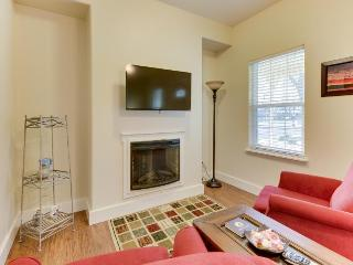 Cozy suite with a community pool & hot tub, perfect Main Street location!, Fredericksburg
