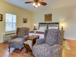 Upscale suite with a shared pool & hot tub, blocks from the center of town!, Fredericksburg
