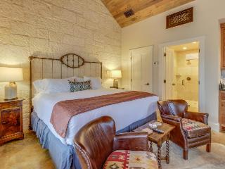Stylish cottage w/private hot tub & fireplace for romance!